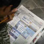 MƒXICO D.F., 01MARZO2010.- Un joven, en uno de los pasillos del metro, observa las ofertas de empleo en un peri—dico, dada la crisis econ—mica que actualmente vive el pa's la busca de empleo se torna dif'cil. FOTO: GUILLERMO PEREA/CUARTOSCURO.COM